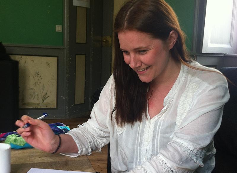 Ida signer kontrakten på Engelsholm_crop_L
